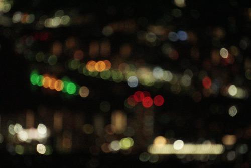 夜間の光がにじむイメージ